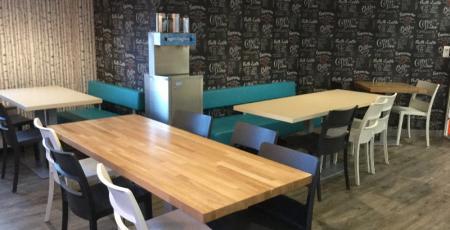 Tables restaurant scolaire Brest, cloisons, chaises pour un collège